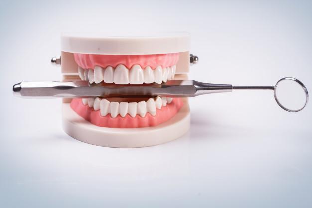 למה כדאי לבצע טיפולי שיניים אצל מומחה שיקום פה?